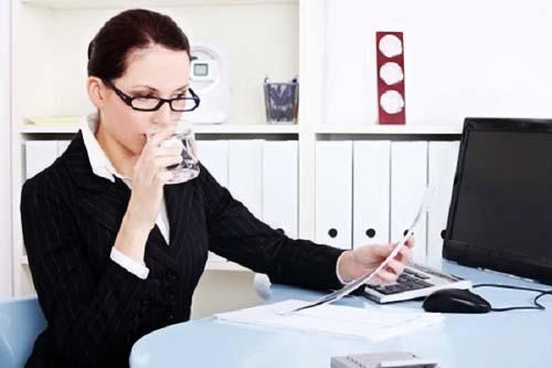 Bổ sung nước kịp thời, uống đủ lượng nước mỗi ngày là điều cần thiết phải làm